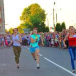 Впервые в Сенне в рамках празднования Дня Независимости состоялся забег на каблуках «Ловкая шпилька — 2015»