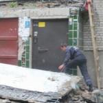 В луцкой многоэтажке обвалился бетонный козырек