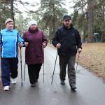 Сенненские пенсионеры лавочкам у подъезда предпочитают скандинавскую ходьбу